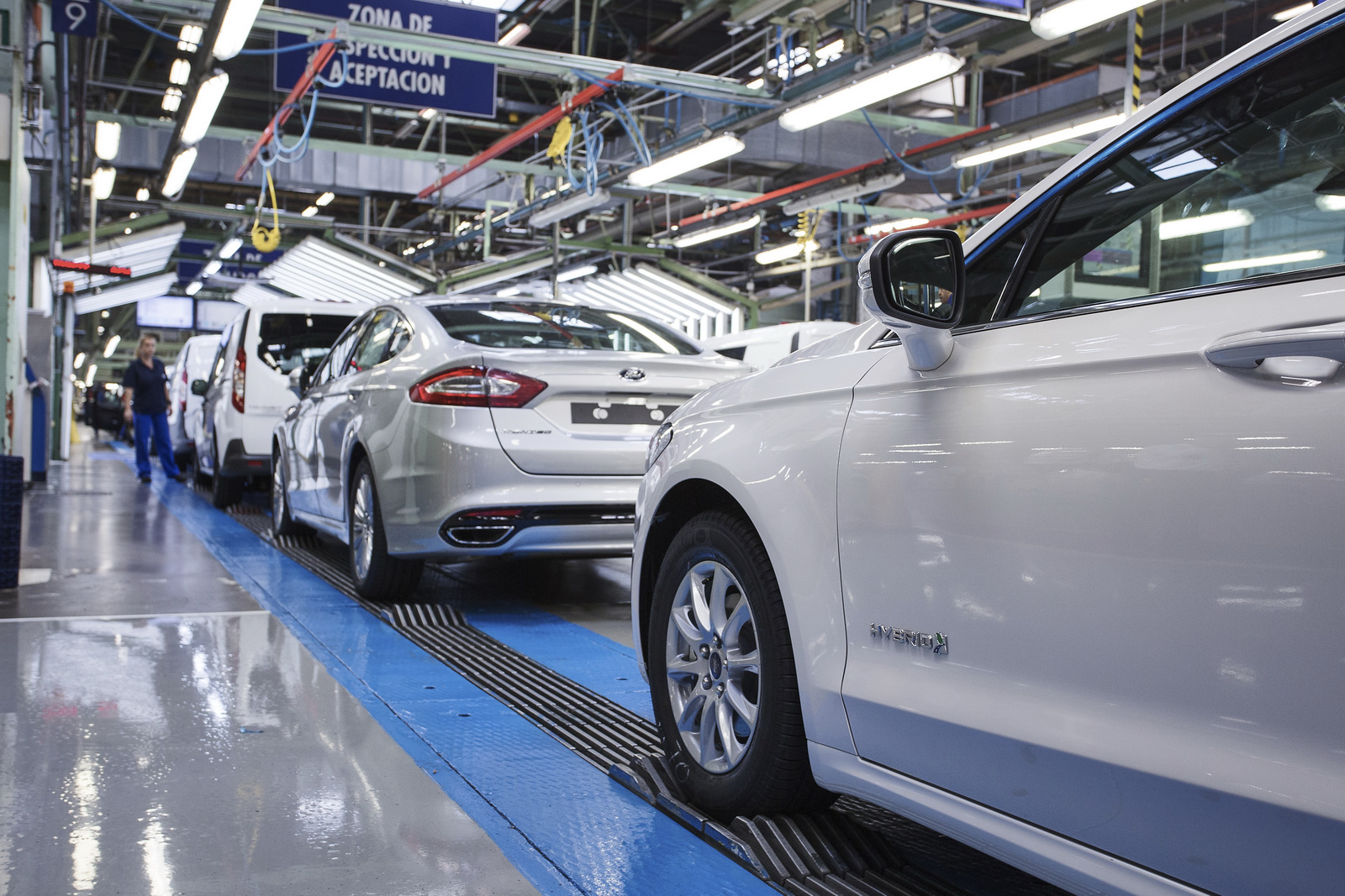 Ford-Mondeo-Hybrid-4